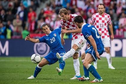 Ivan Strinić blokowany przez Sebastiana Giovinco