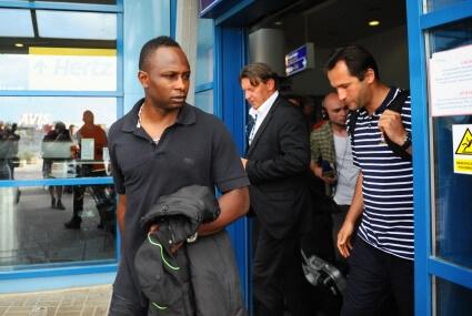 Emmanuel Olisadebe na lotnisku