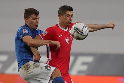 Robert Lewandowski podczas meczu z Włochami