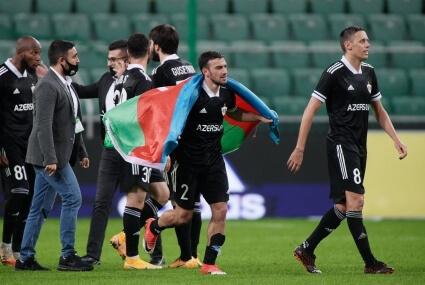 Piłkarze Karabachu Agdam z symboliczną flagą Azerb