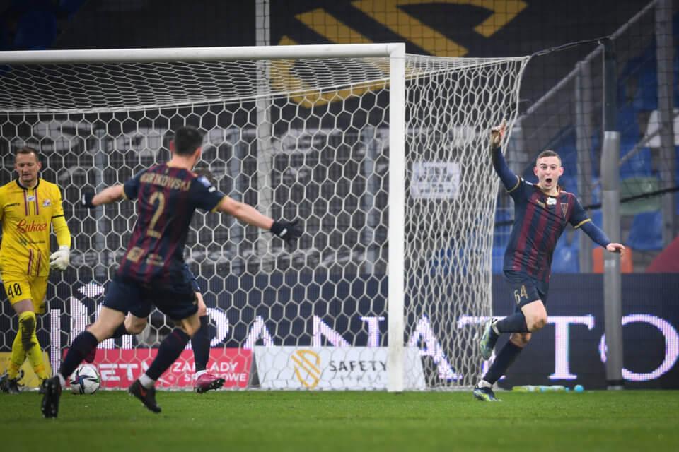 Kacper Kozłowski cieszy się z pierwszego gola w Ekstraklasie
