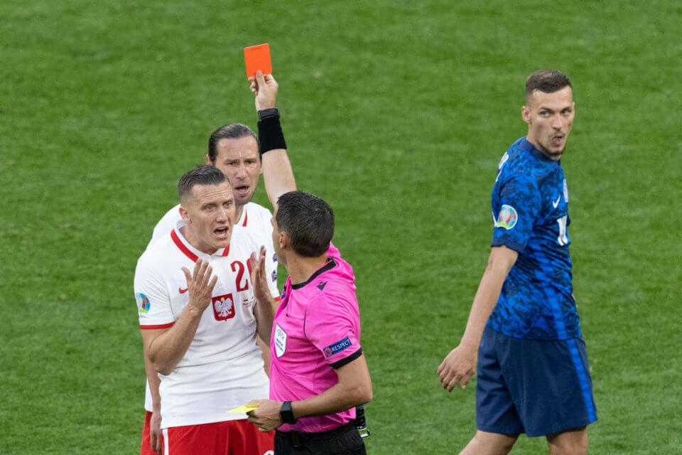 Grzegorz Krychowiak oglądający czerwoną kartkę w meczu ze Słowacją